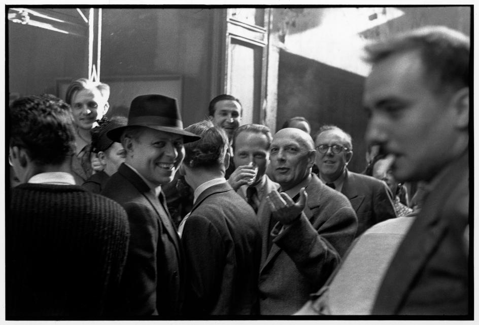 Henri Michaux expone sus obras en la Drouin gallery, 1954, por Henri Cartier-Bresson