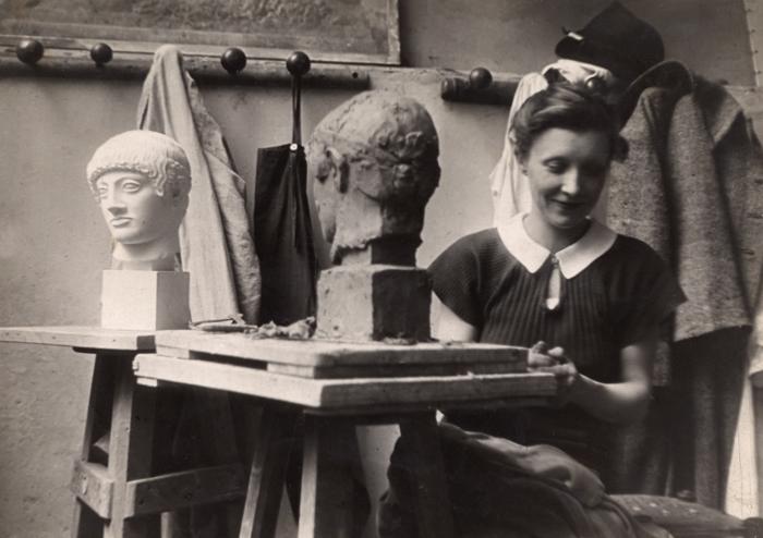 Louise Bourgeois fotografiada por Brassaï en la  Académie de la Grande-Chaumière en Paris